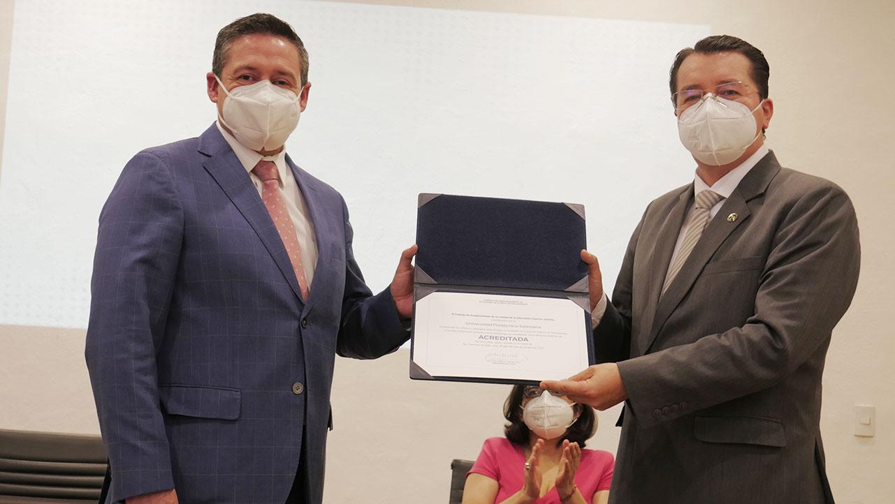 (De izq.) Juan Manuel García, Presidente del CACES y P. Juan Cárdenas, Rector de la UPS recibiendo la Acreditación por 5 años