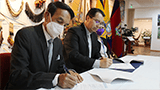 Juan Carlos Fernández, President of ICOM Ecuador, and Juan Cárdenas, President of UPS, signing the agreement