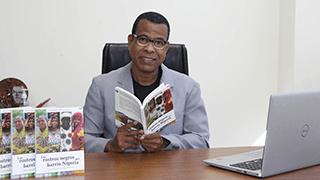 César Andrade con el libro: